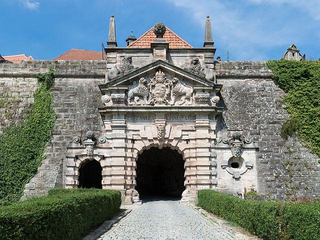 640px-Festung_Rosenberg_-_Eingangstor_-_2014-07.jpg