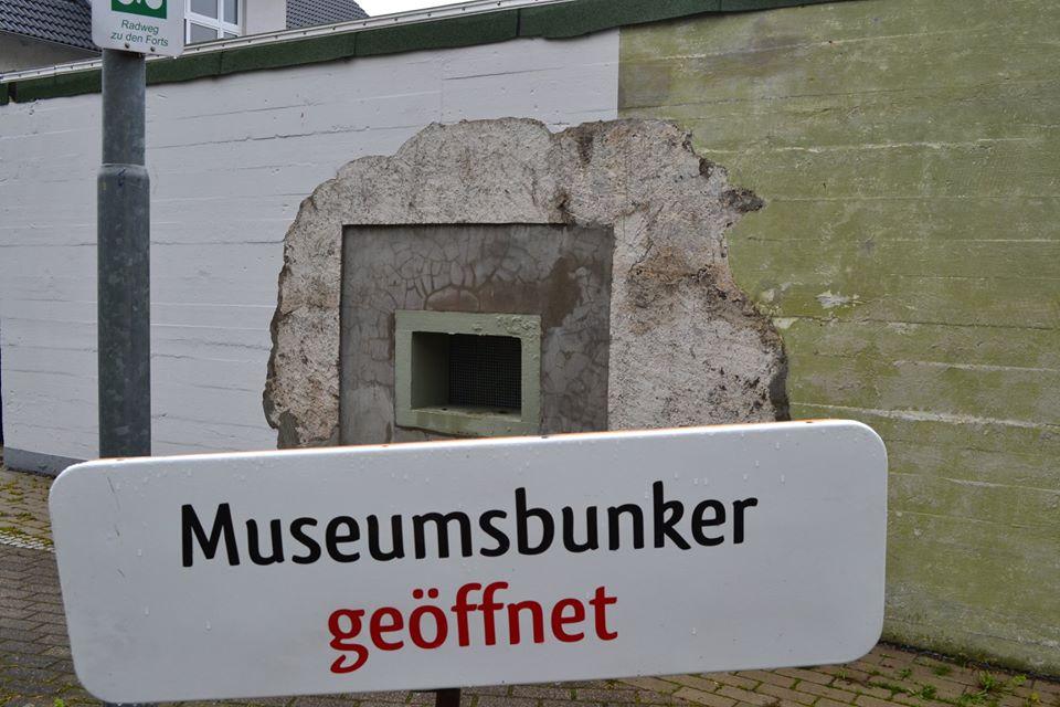 FRW_Tarnbunker_Schild_Museumsbunker_geöffnet.jpg